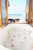 banheiro do hotel de luxo com vista para o mar foto