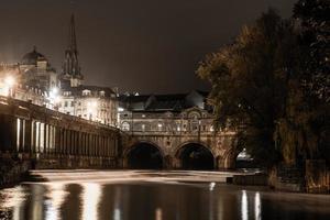 ponte de Pulteney e açude à noite foto