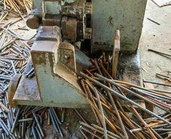 corte de aço para uso na construção. acelerar o trabalho. foto