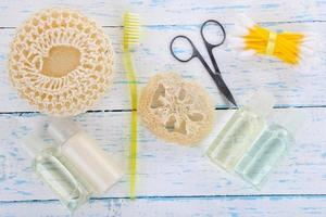 equipamentos de higiene, na cor de fundo de madeira foto