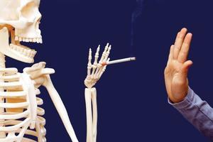 homem gesticulando nega proposta de cigarro foto