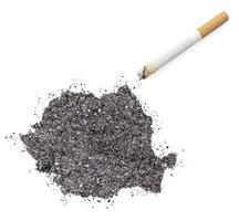cinzas em forma de romênia e um cigarro. (série) foto