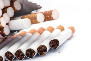 closeup de uma pilha de cigarros foto