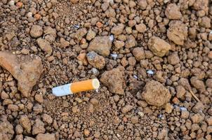 bituca de cigarro descartada ao ar livre foto