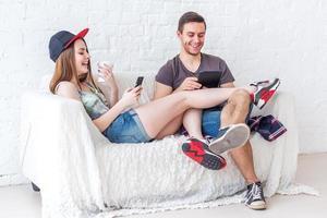 jovens amigos engraçados pessoas ativas se divertem juntos sentado foto