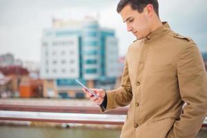 homem usando um telefone inteligente foto