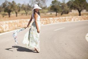 jovem mulher está em uma estrada foto