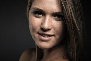 retrato de jovem beleza contra fundo cinza escuro