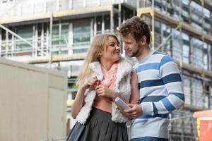 casal com chaves na frente da nova casa moderna foto