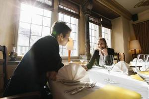 casal romântico negócios na mesa do restaurante foto