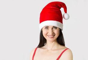 mulher jovem e bonita no retrato de fantasia de Papai Noel foto