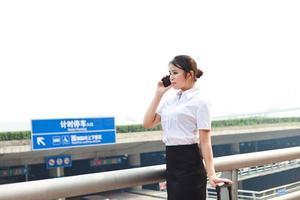 mulher de negócios do aeroporto com celular