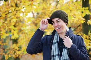 retrato de um homem sorrindo ao ar livre em roupas quentes foto