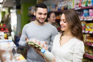 jovem casal na mercearia foto