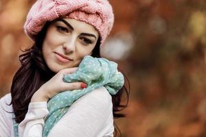 jovem mulher na floresta de outono foto