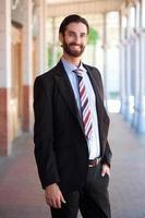 amigável jovem empresário sorrindo lá fora foto