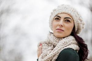 jovem mulher no inverno foto