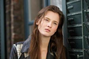 jovem mulher com rosto bonito foto