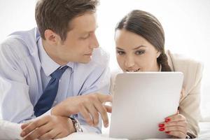 casal de negócios usando tablet digital no hotel foto