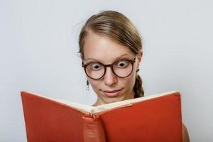 olhando para o livro foto
