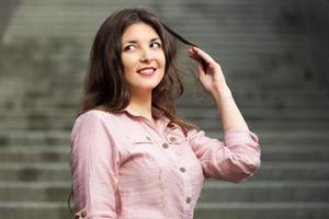 mulher jovem feliz, de pé nos degraus foto