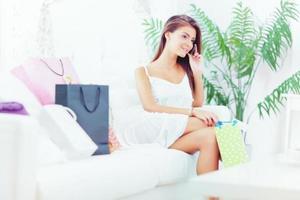 jovem mulher com sacola de compras foto