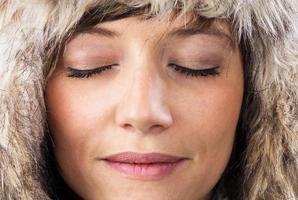 mulher relaxada com os olhos fechados foto