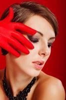 menina bonita em luvas vermelhas foto
