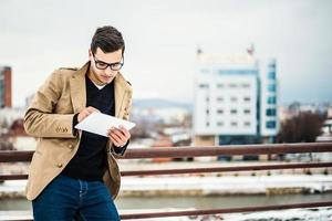 homem usando tablet digital foto