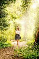 retrato de mulher jovem e bonita em uma floresta foto