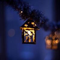 luzes de natal à noite blule roxo foto