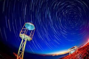 visão noturna de trilha estrela no lago foto