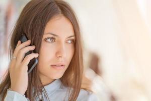 jovem mulher falando ao telefone. foto