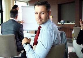 empresário com colegas no fundo foto