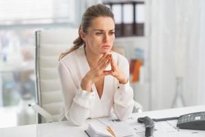 retrato de mulher de negócios moderna pensativa no escritório