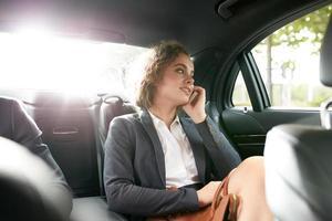 jovem empresária viajando para trabalhar em um carro