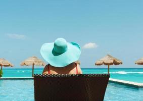 banhista de férias de praia tropical vendo piscina, quiosques, mar do caribe