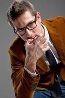 jovem empresário interessante com óculos de aros foto
