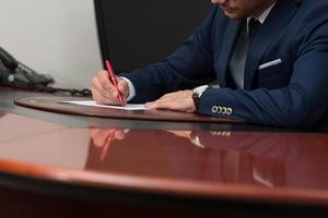 mão escrevendo no papel foto