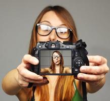 mulher tirando uma foto dela.
