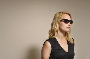 mulher loira de óculos preto foto