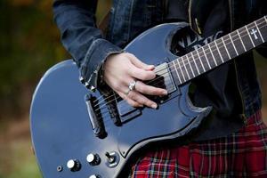 menina com um violão