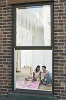 casal olhando pintura em estúdio foto