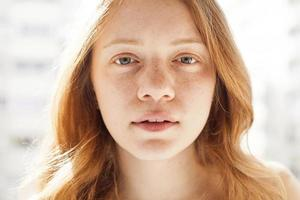 retrato de perto jovem mulher jovem e bonita foto