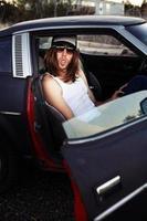 caipira em retrato de carro antigo foto