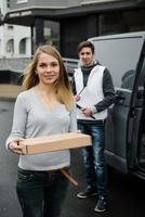 cliente feliz recebendo pacote postal da empresa de entrega foto