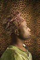 jovem em roupas tradicionais africanas foto