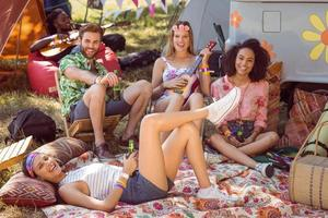 descolados felizes relaxando no parque de campismo foto