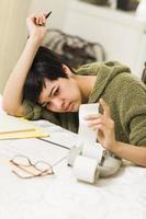 multi-étnica jovem agonizando sobre cálculos financeiros foto
