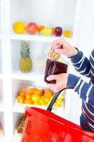 jovem no mercado compras vegetais. foto